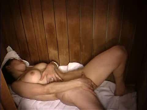 狭い個室で素っ裸になり身を悶えさせながらオナニーしている熟女を盗撮!年増とは思えない柔らかそうな乳房が堪りません!