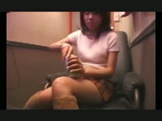 素人のオナニー無料百合動画。【素人】AVを選び、ビデオBOXで早速オナニータイムを始める女性客