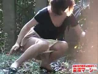 【小便盗撮】野小便中に抱きかかえられるモロ見えの女性達(1)【悪戯盗撮】