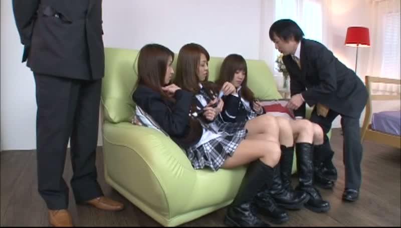 女子○生アイドルがスポンサーへの接待のため、文字通り一肌脱ぐwww
