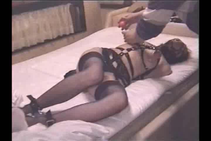 セクシーランジェリーの巨乳美女を目隠し&緊縛。視覚を奪われ敏感になった身体はすぐに感じてしまう…